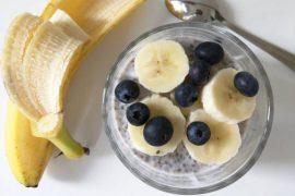 """alt= """"chia pap met banaan en blauwe bessen"""""""