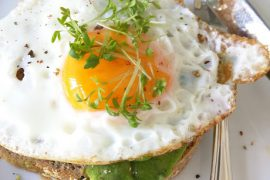 Zuurdesem toast met avocado en ei - Beter door Eten