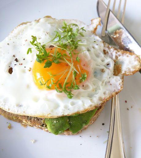 YAM Zuurdesem toast met avocado, ei en tuinkers