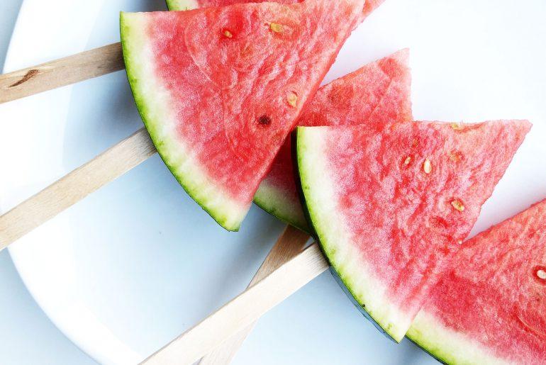 Gezonde traktatie: watermeloen ijsjes - Beter door Eten