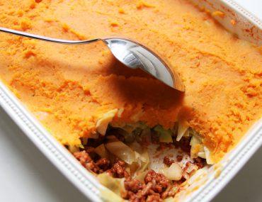 Spitskool schotel met pittig gehak en zoete aardappelpuree - Beter door Eten