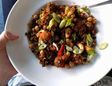 Voedzame eenpansgerecht met boerenkool en kikkererwten - Beter door Eten