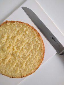 Stap 2 verdeel de cake in 4 gelijke lagen